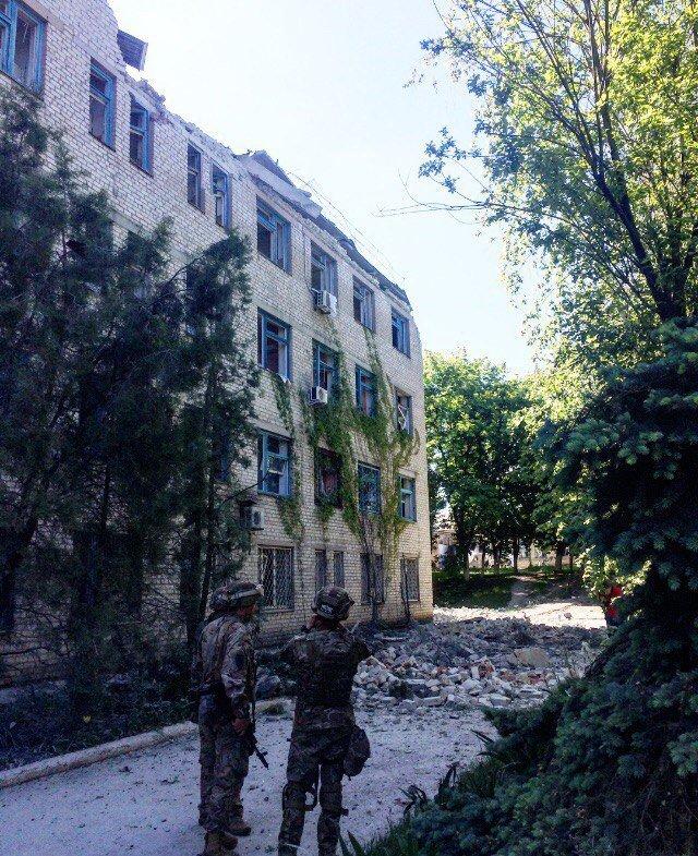 Боевики обстреляли Красногоровку: снаряды террористов попали в больницу, горит школа, ранены мирные жители (ФОТО, ВИДЕО), фото-5