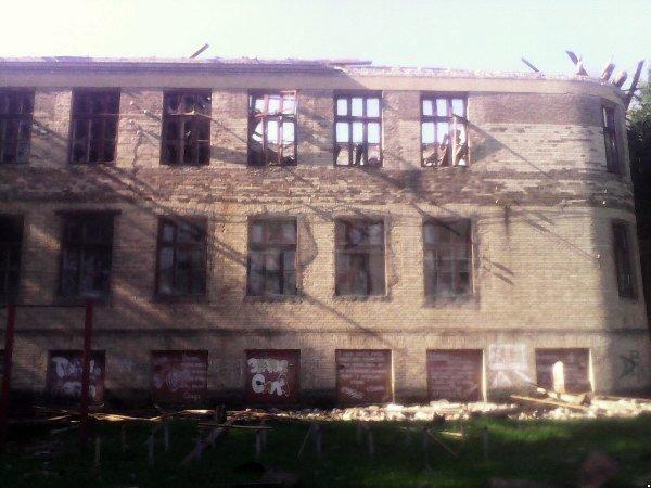 Боевики обстреляли Красногоровку: снаряды террористов попали в больницу, горит школа, ранены мирные жители (ФОТО, ВИДЕО), фото-2
