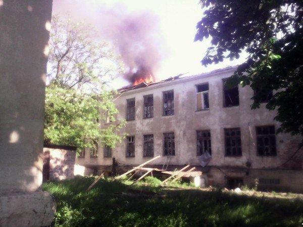 Боевики обстреляли Красногоровку: снаряды террористов попали в больницу, горит школа, ранены мирные жители (ФОТО, ВИДЕО), фото-1