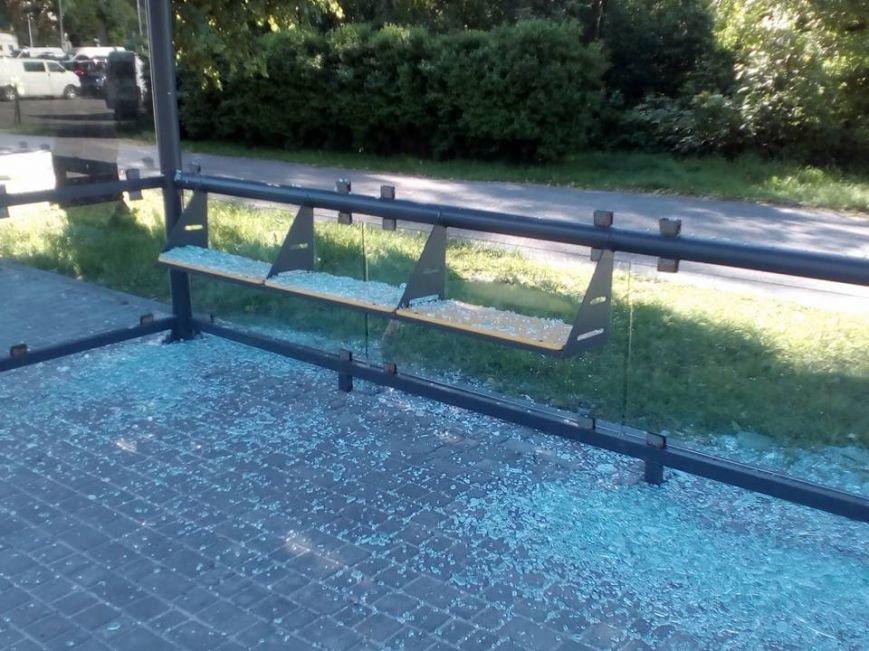 У Львові поблизу аеропорту вандали розбили скляну зупинку (ФОТО), фото-2