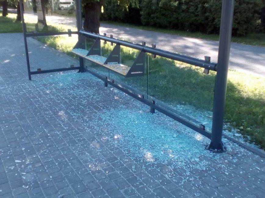 У Львові поблизу аеропорту вандали розбили скляну зупинку (ФОТО), фото-1