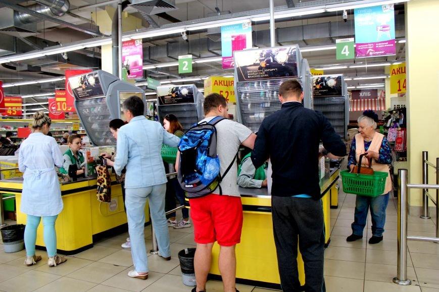 В Мариуполе из магазина «Велика кишеня» вывозят товар (ФОТО), фото-1