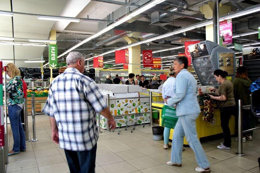 В Мариуполе из магазина «Велика кишеня» вывозят товар (ФОТО), фото-2