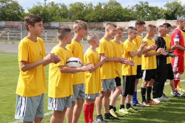 Матч дружбы: в Мариуполе дети-сироты сразились с профессиональными футболистами, фото-1