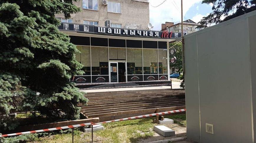 Инспекция по благоустройству: в центре Запорожья  газон застроили летней площадкой законно, — ФОТО, фото-1