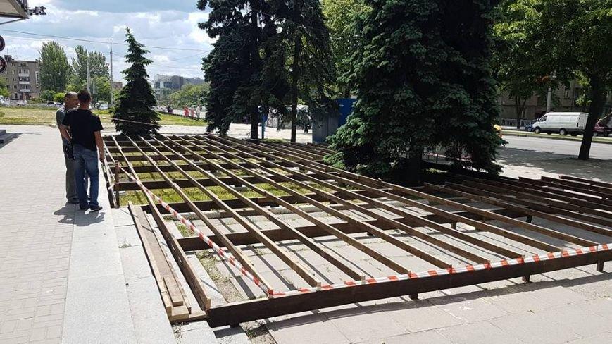Инспекция по благоустройству: в центре Запорожья  газон застроили летней площадкой законно, — ФОТО, фото-2