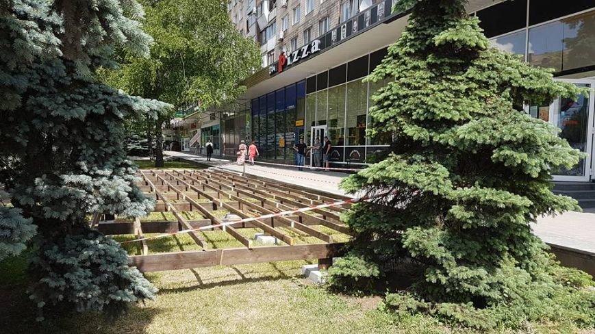 Инспекция по благоустройству: в центре Запорожья  газон застроили летней площадкой законно, — ФОТО, фото-3
