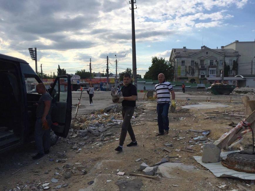 Неизвестные вывозят уцелевшую плитку с площади у Центрального рынка Симферополя (ФОТО, ВИДЕО), фото-2