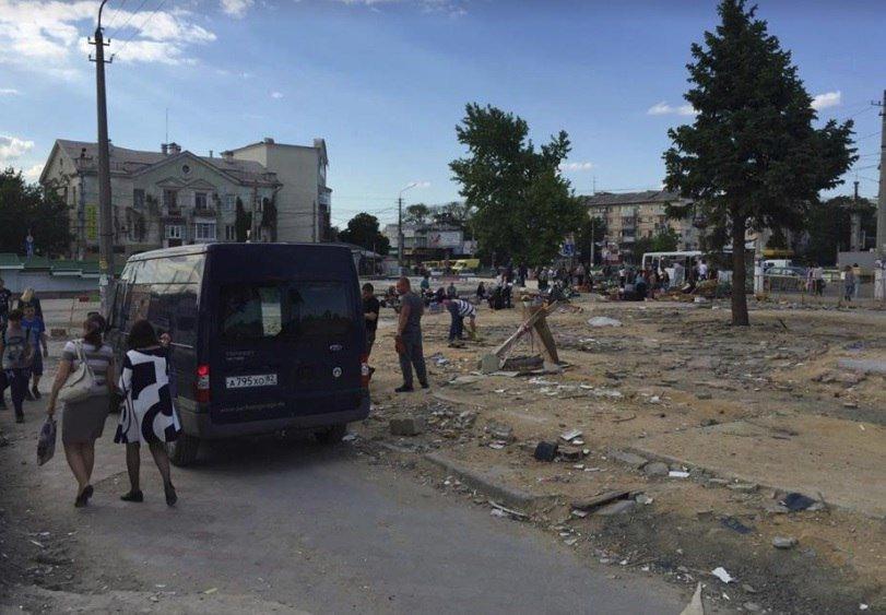 Неизвестные вывозят уцелевшую плитку с площади у Центрального рынка Симферополя (ФОТО, ВИДЕО), фото-1