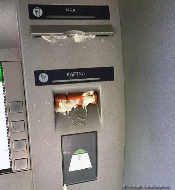 В Харькове неизвестные залили банкоматы монтажной пеной (ФОТО), фото-1