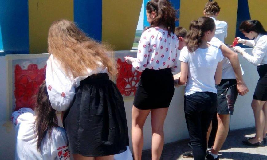 """Знак """"Мариуполь""""  на Донецкой трассе стал похож на вышиванку (ФОТО), фото-1"""