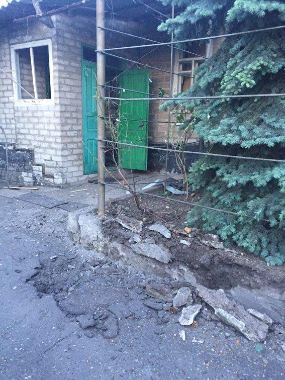 """Боевики """"ДНР"""" обстреляли автобусную остановку в Авдеевке - ранены три человека (ФОТО), фото-1"""