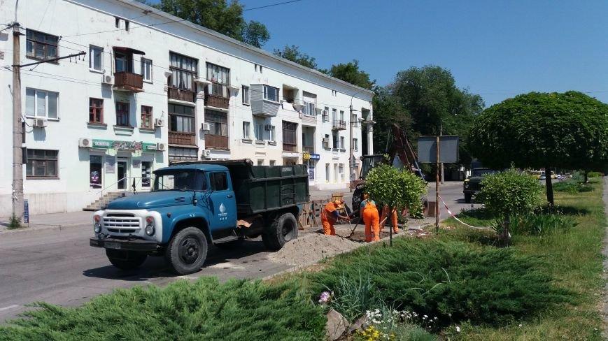 В центре Запорожья коммунальщики ремонтируют яму: асфальт провалился на проспекте Металлургов, — ФОТО, фото-1