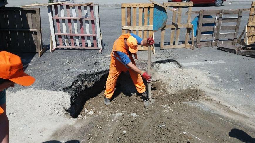 В центре Запорожья коммунальщики ремонтируют яму: асфальт провалился на проспекте Металлургов, — ФОТО, фото-3