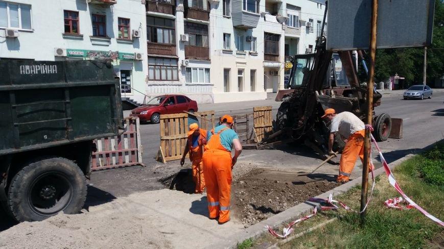 В центре Запорожья коммунальщики ремонтируют яму: асфальт провалился на проспекте Металлургов, — ФОТО, фото-2