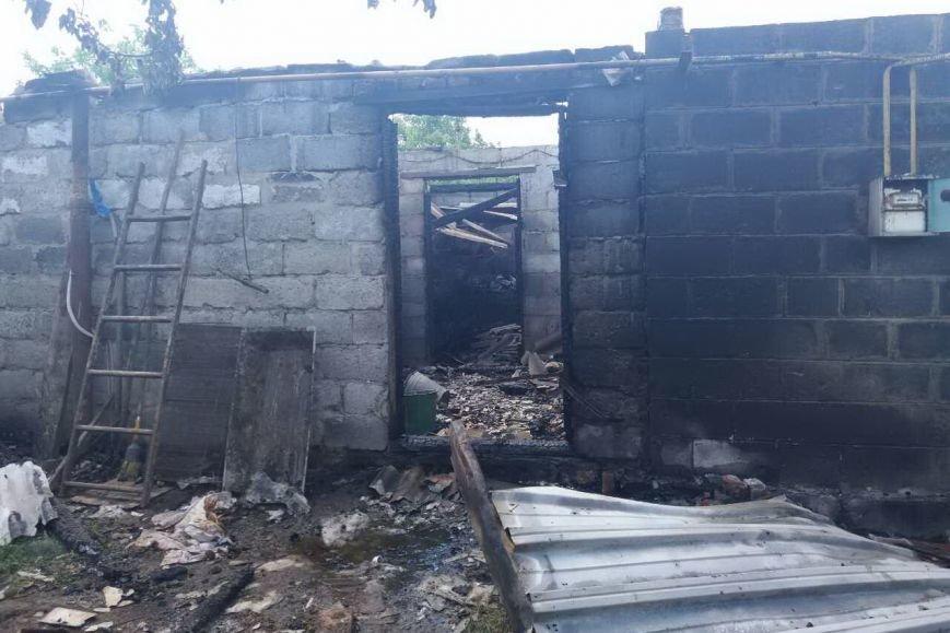 В Змиеве горела хозяйственная постройка. Огонь едва не сжег жилой дом (ФОТО), фото-2
