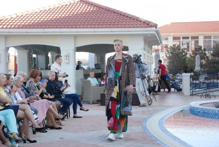 «Дура я дура» и Пикассо: в Бердянске прошел странный показ мод, - ФОТО, фото-5