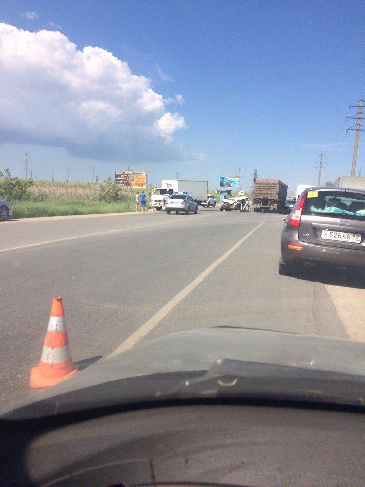 В Крыму легковушку смяло после столкновения с грузовиками (ФОТО, ВИДЕО, подробности), фото-1