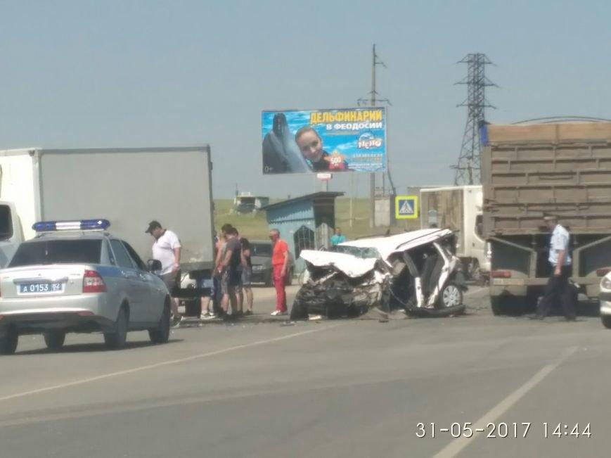 В Крыму легковушку смяло после столкновения с грузовиками (ФОТО, ВИДЕО, подробности), фото-2