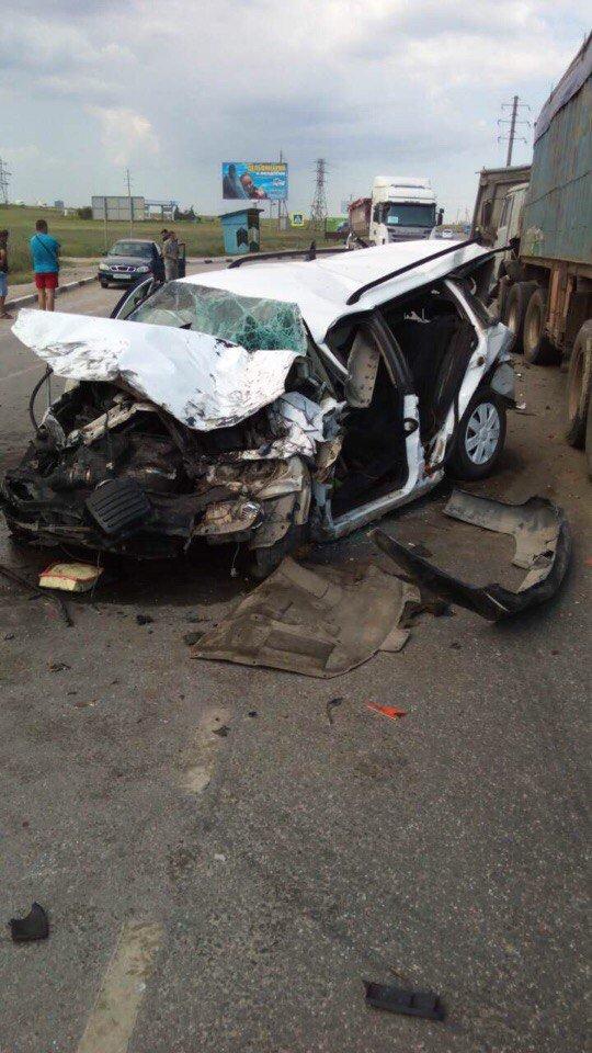 В Крыму легковушку смяло после столкновения с грузовиками (ФОТО, ВИДЕО, подробности), фото-5