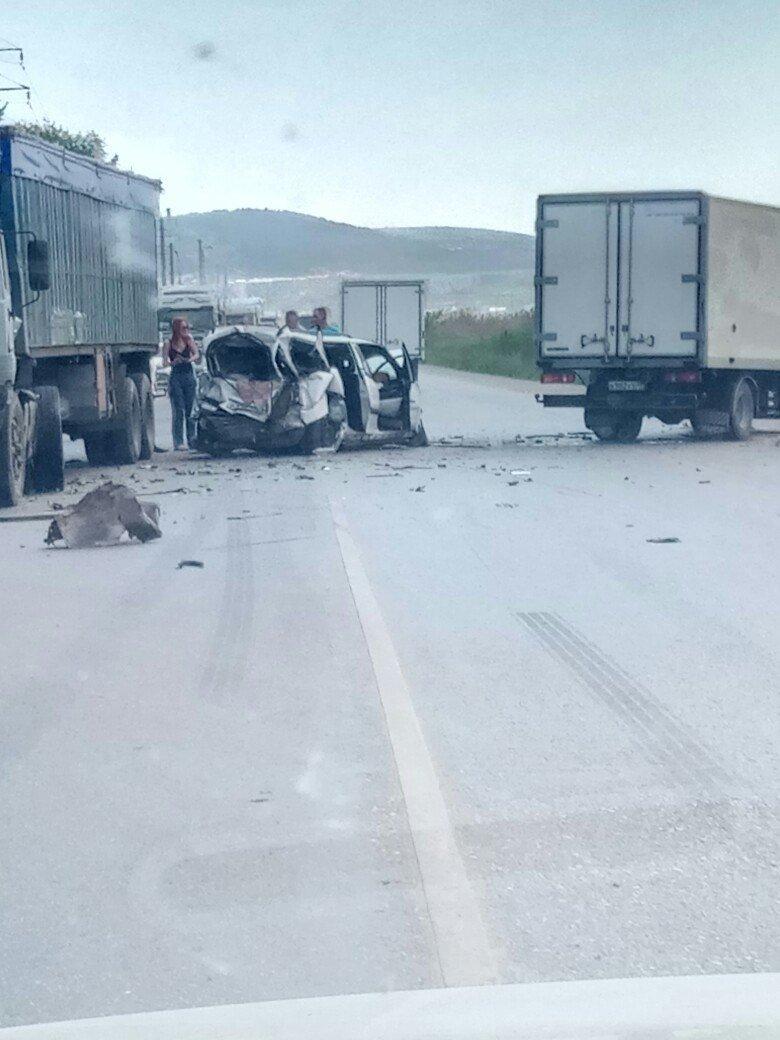 В Крыму легковушку смяло после столкновения с грузовиками (ФОТО, ВИДЕО, подробности), фото-3