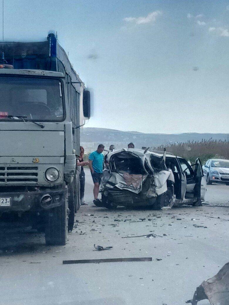 В Крыму легковушку смяло после столкновения с грузовиками (ФОТО, ВИДЕО, подробности), фото-4