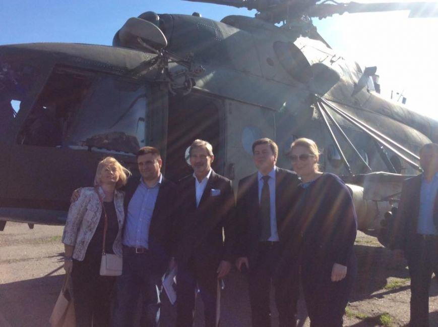 Еврокомиссар Хан и посол ЕС Мингарелли прилетели в Мариуполь (ФОТО), фото-1