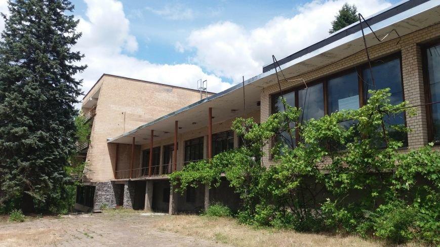 Разбитые окна и новая крыша: на запорожской Хортице бывшую VIP-дачу хотят превратить в учебный корпус академии, — ФОТОРЕПОРТАЖ, фото-1