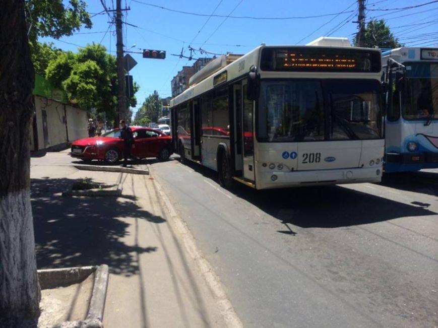 """В Мариуполе """"Мазда"""" столкнулась с троллейбусом (Фотофакт), фото-2"""