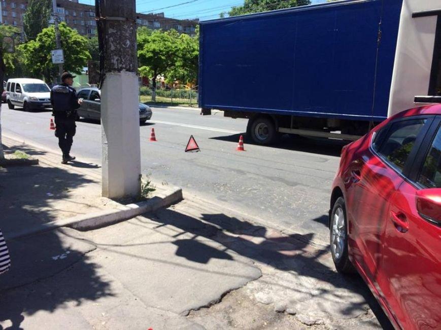 """В Мариуполе """"Мазда"""" столкнулась с троллейбусом (Фотофакт), фото-1"""