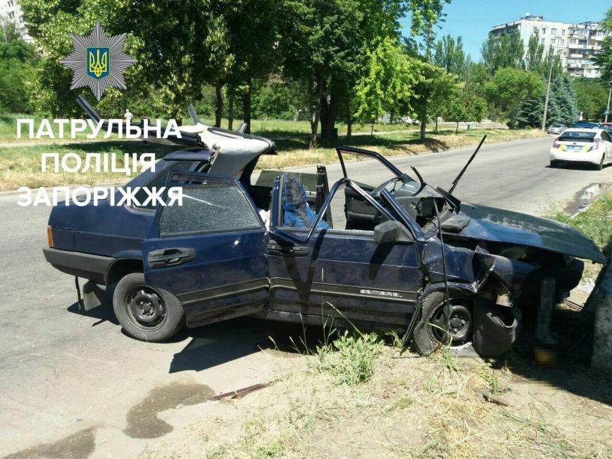 В Запорожье машина врезалась в бетонный блок: три пассажира и водитель в больнице, - ФОТО, фото-2
