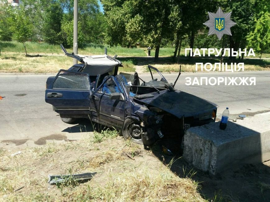 В Запорожье машина врезалась в бетонный блок: три пассажира и водитель в больнице, - ФОТО, фото-3