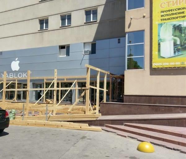"В Запорожье администрация кафе устанавливает летнюю площадку прямо на пандус ТЦ ""Украина"", - ФОТОФАКТ, фото-1"