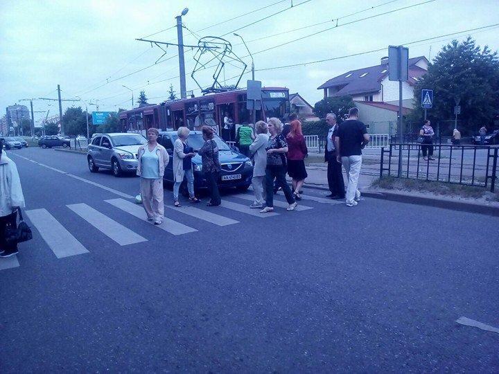Обурені львів'яни перекрили вулицю через неприбране сміття (ФОТО), фото-2