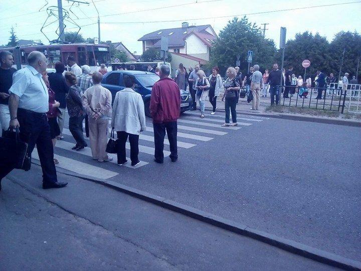 Обурені львів'яни перекрили вулицю через неприбране сміття (ФОТО), фото-1