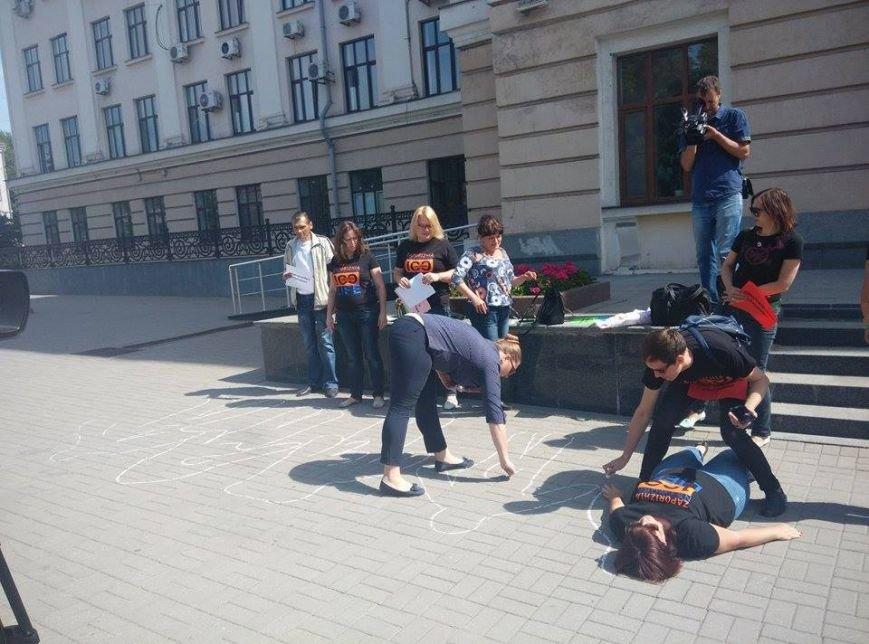 В Запорожье возле мэрии людей обводили мелом ради реформ, - ФОТОРЕПОРТАЖ, фото-5