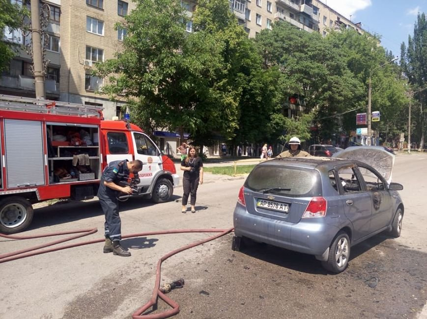 """В центре Запорожья, пока водитель была на рынке, сгорел """"Chevrolet"""", - ФОТО, фото-1"""
