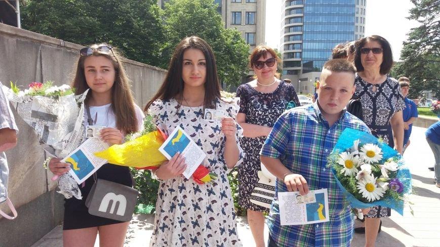 В центре Запорожья студенты и школьники встретили безвизовый режим, – ФОТОРЕПОРТАЖ, фото-6