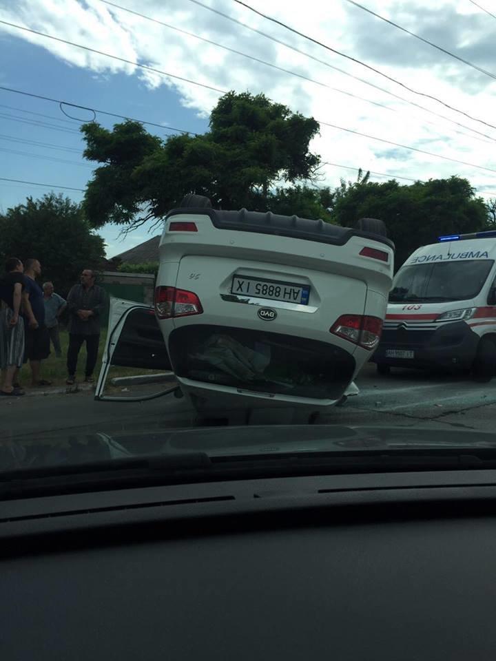 В Мариуполе на ул. Митрополитской перевернулся автомобиль, есть пострадавшие (ФОТО), фото-1
