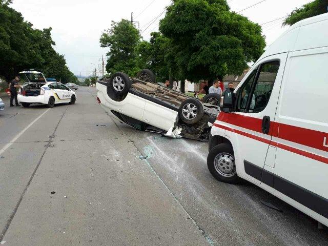 В Мариуполе на ул. Митрополитской перевернулся автомобиль, есть пострадавшие (ФОТО), фото-3