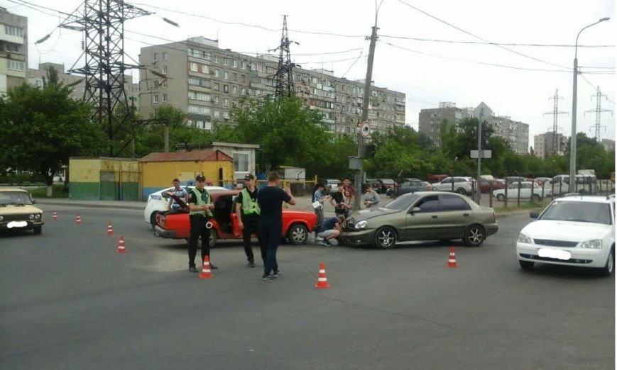 В Мариуполе на перекрестке столкнулись два авто (ФОТО), фото-1