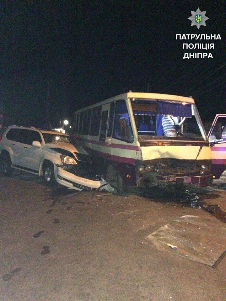 ДТП с пострадавшими: в Днепре Lexus влетел в автобус, фото-1