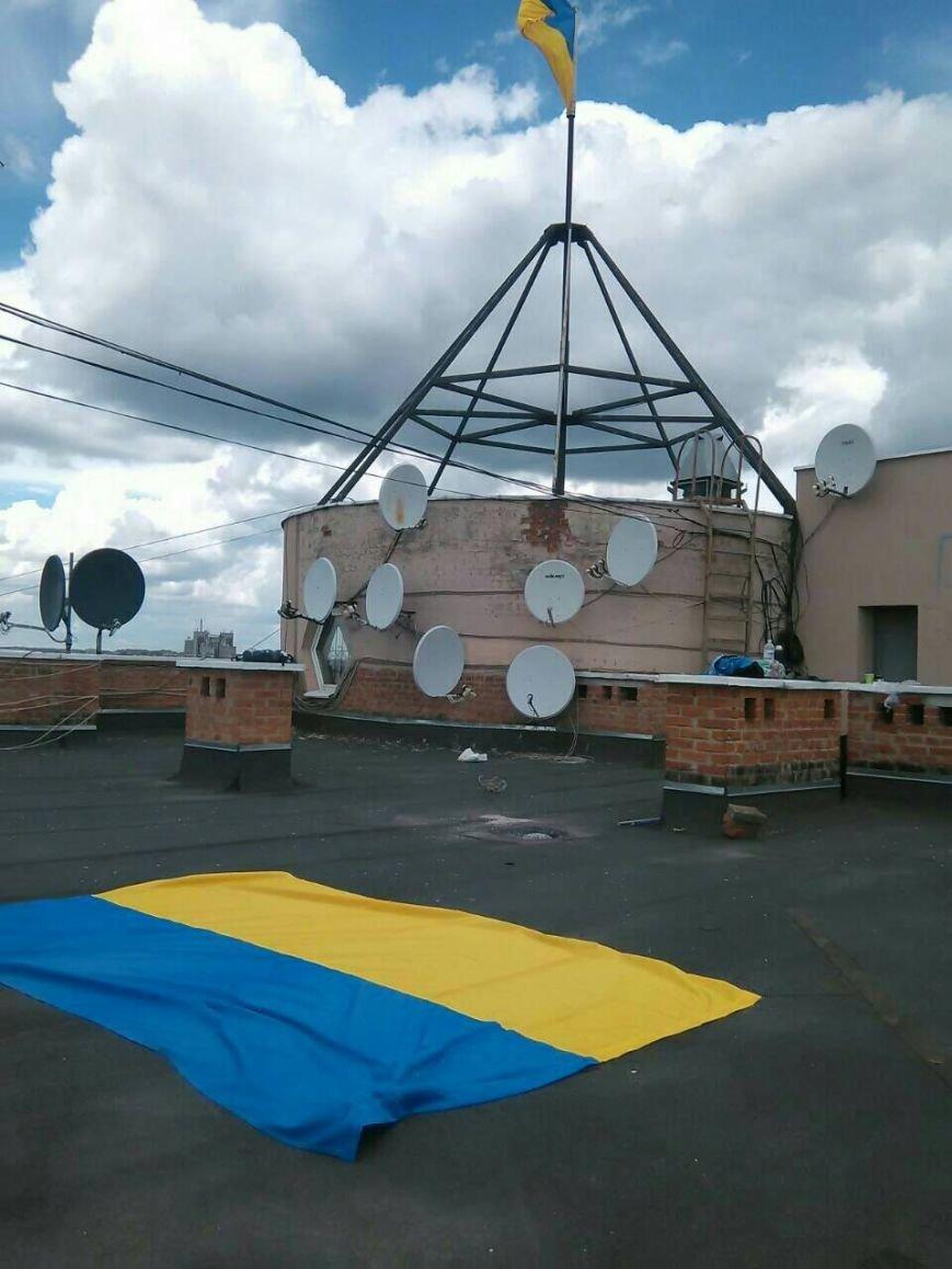 Патриотические Сумы: на крыше многоэтажки обновили флаги (ФОТО), фото-1
