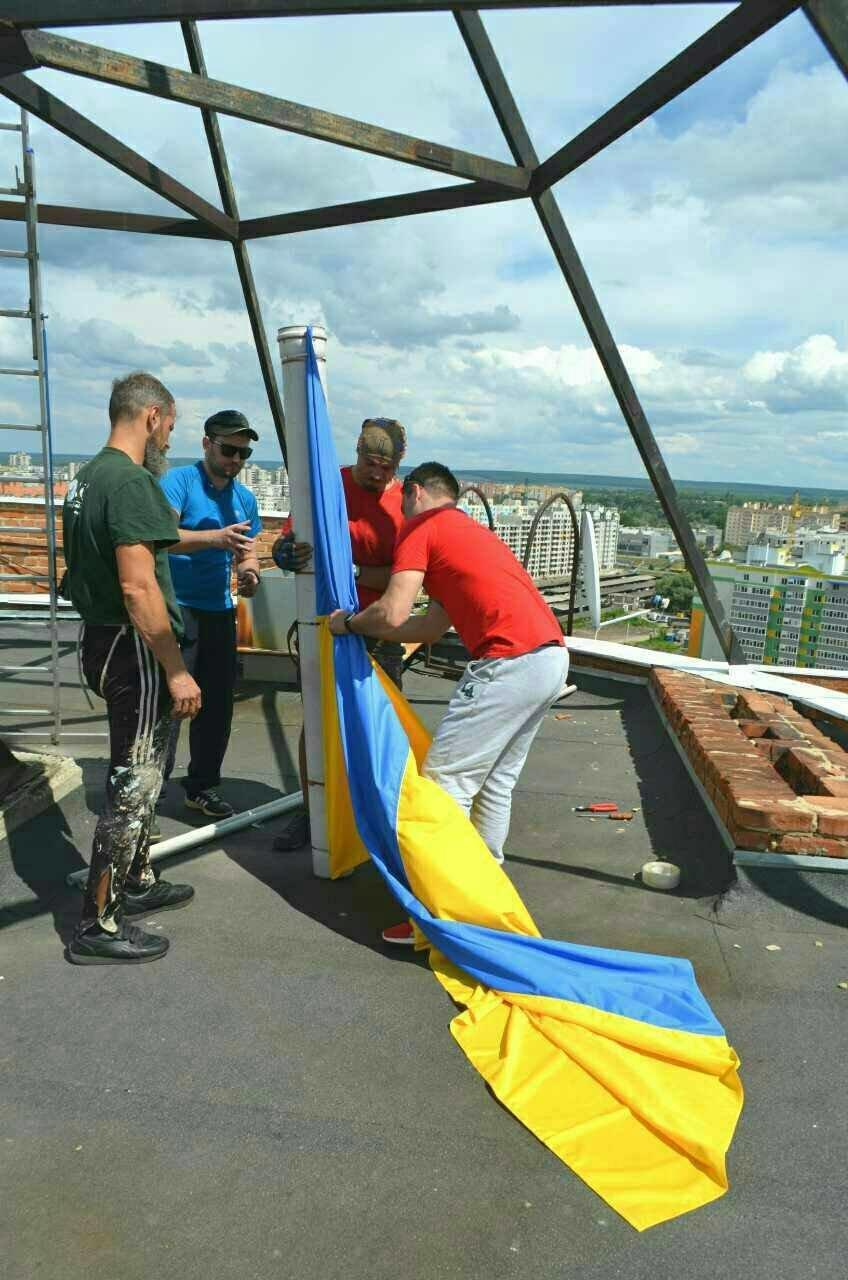Патриотические Сумы: на крыше многоэтажки обновили флаги (ФОТО), фото-3