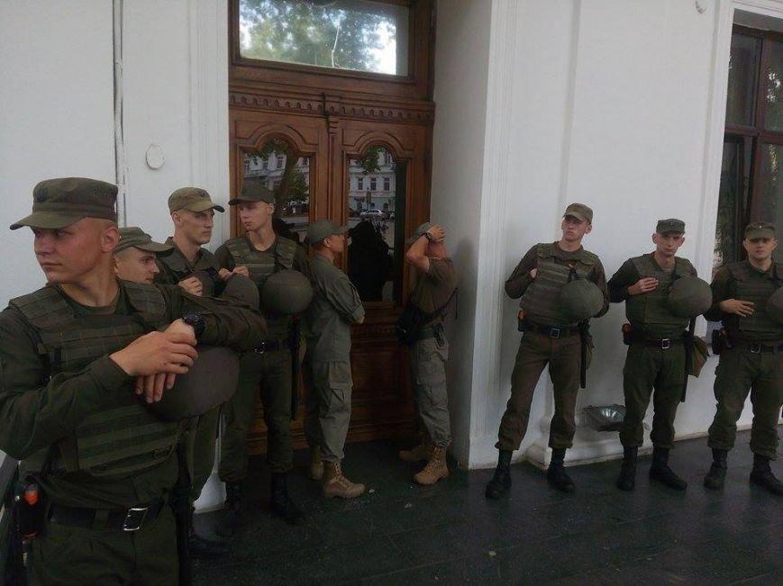 Скорая, пожарные, нацгвардия: Одесская мэрия в глубокой осаде (ФОТО), фото-3