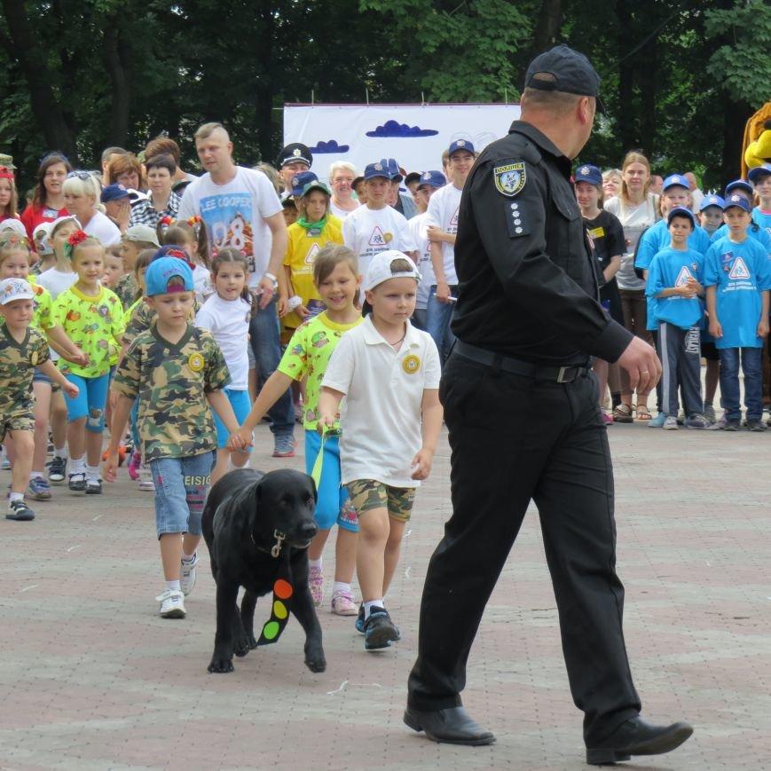 Полицейские собаки, куклы, байки и надувные светофоры. В Мариуполе прошел детский флэшмоб про ПДД (ФОТО), фото-11