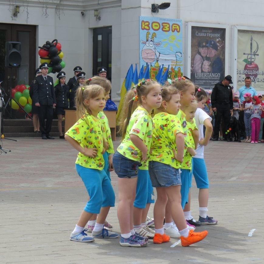 Полицейские собаки, куклы, байки и надувные светофоры. В Мариуполе прошел детский флэшмоб про ПДД (ФОТО), фото-8