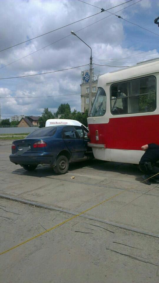 """На Плехановской трамвай протаранил """"Daewoo"""" и протащил машину еще несколько метров по дороге (ФОТО), фото-1"""