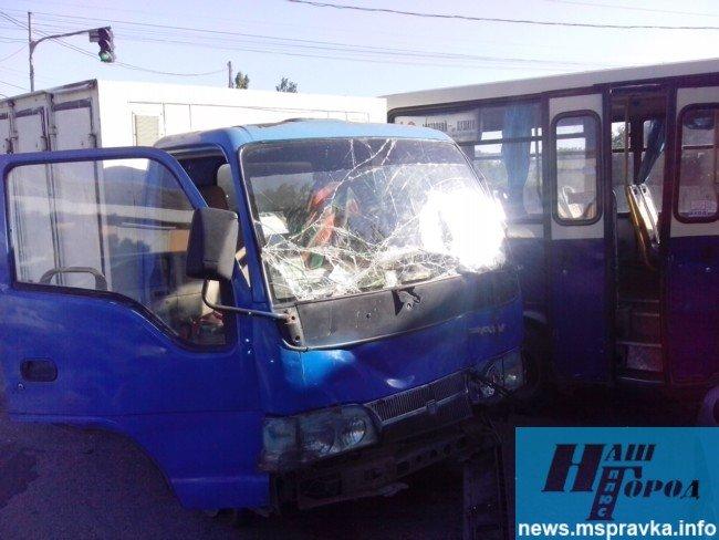 В Мелитополе грузовик врезался в маршрутный автобус: есть пострадавшие, – ФОТО, фото-2