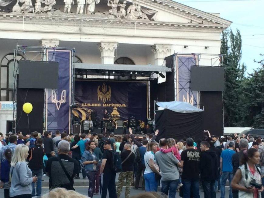 Концерт в честь Дня освобождения в центре Мариуполя прервался на неопределенный срок (ФОТО, ВИДЕО), фото-1